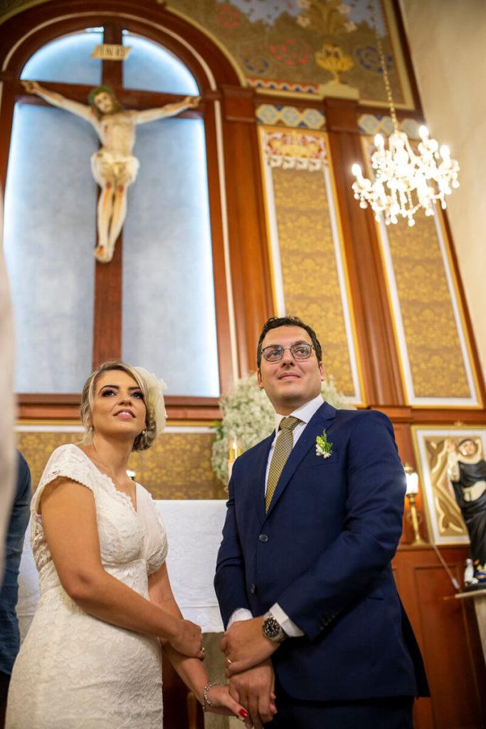 noivos-de-maos-dadas-cruz-fundo-capela-santa-cruz-cambui