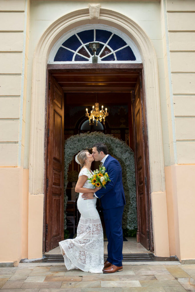 foto-noivos-se-beijando-porta-capela-santa-cruz-cambui-campinas