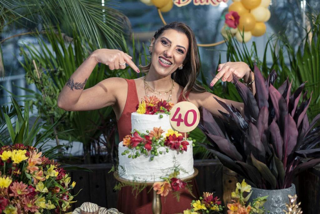aniversariante-40anos-apontando-topo-do-bolo-maui-poke-restaurante-alphaville