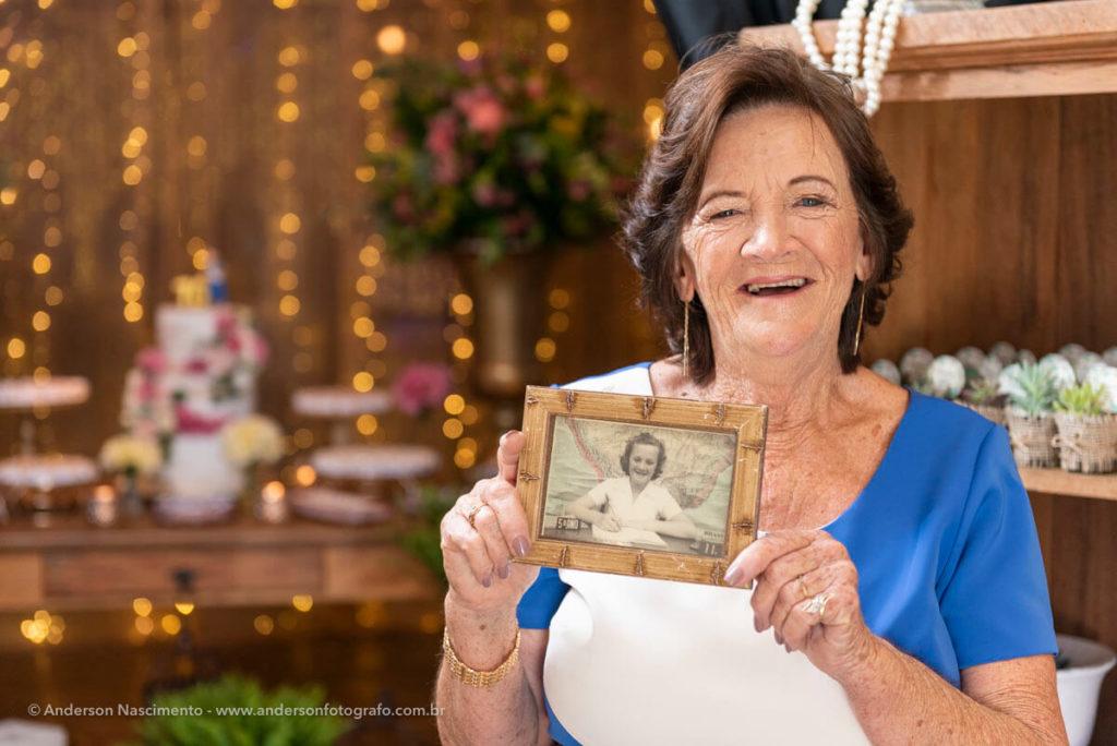 aniversariantes-70-anos-segurando-quadro-da-juventude-buffet-villa-da-mooca