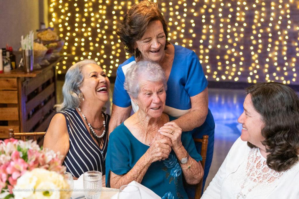momentos-espontaneos-abracos-e-sorrisos-aniversario-70-anos-buffet-villa-da-mooca