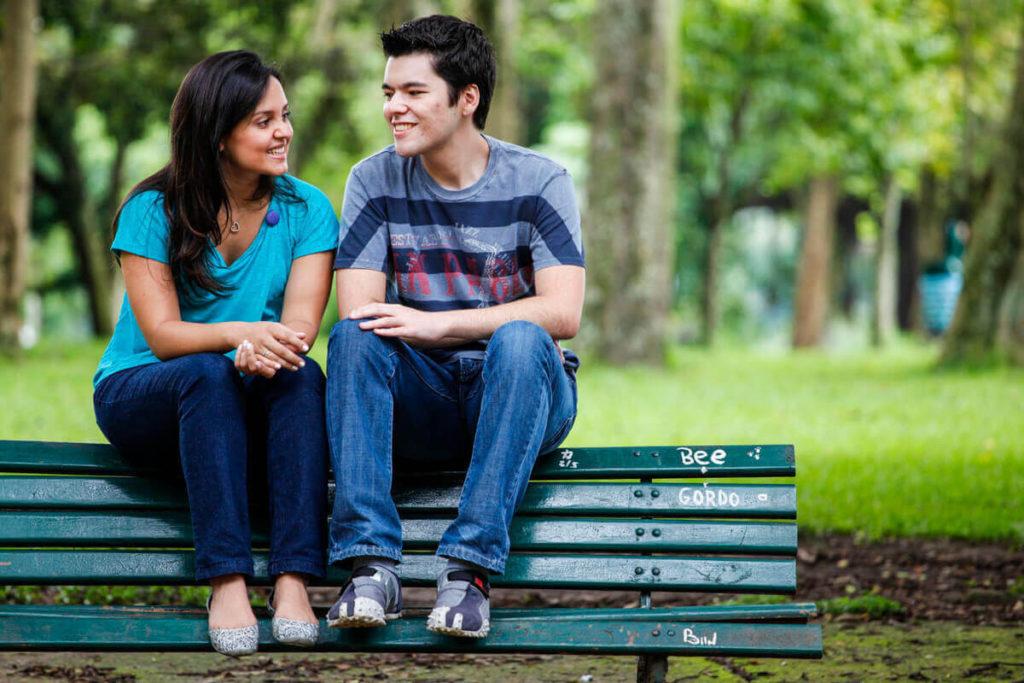 foto-ensaio-casal-sentado-banco-parque-ibirapuera