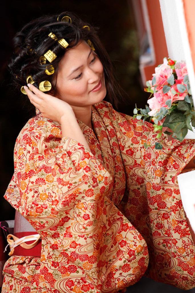noiva-japonesa-segurando-bouquet-buffet-espaco-natureza_b