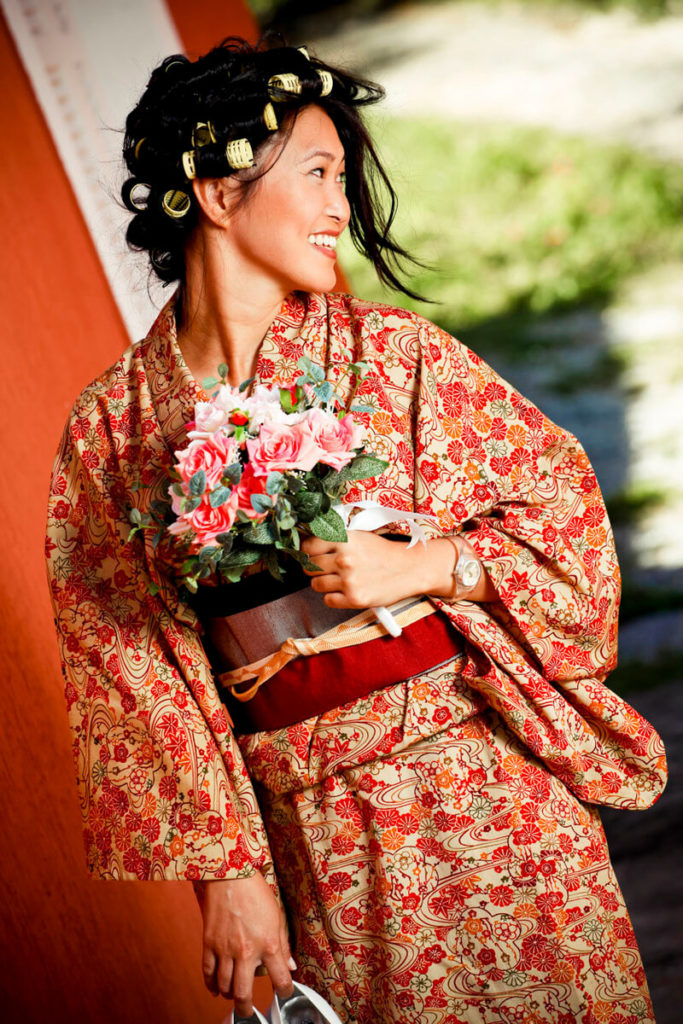 noiva-japonesa-segurando-bouquet-buffet-espaco-natureza_a