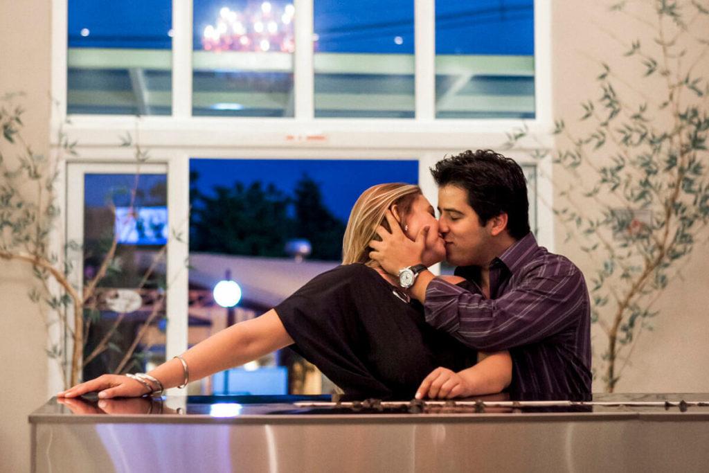 ensaio-casal-noivo-beijando-noiva-avare