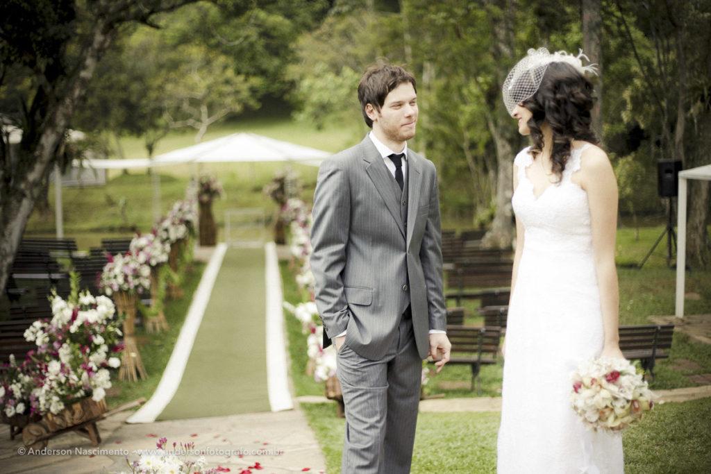 saída-noivos-petalas-espaço-natureza