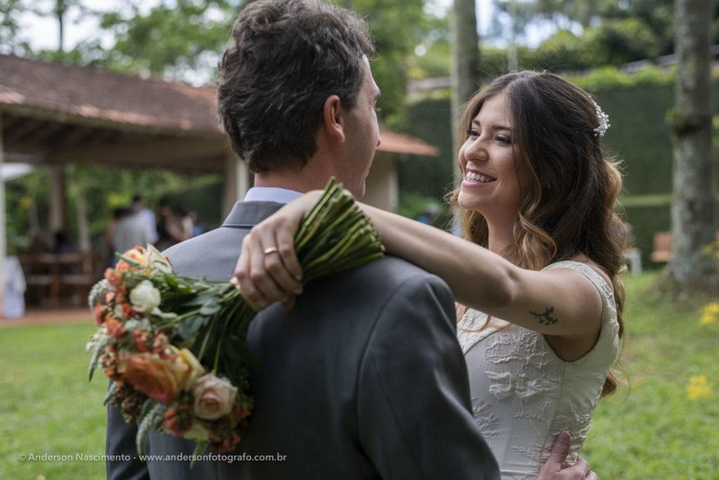 noivos-posando-casamento-represa-guarapiranga-2
