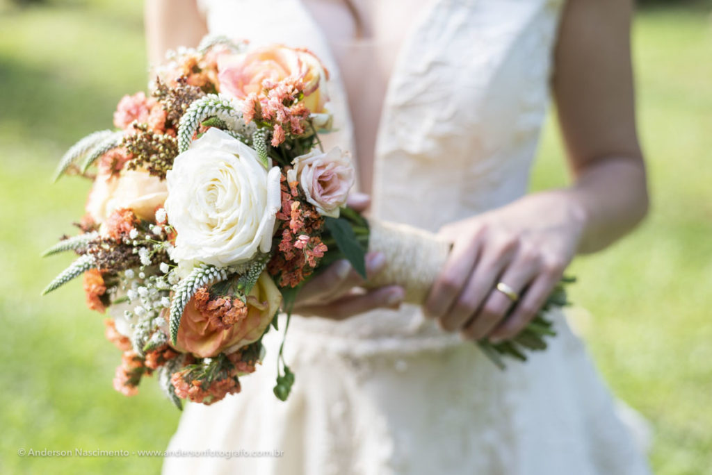 noiva-segurando-buque-casamento-represa-guarapiranga-