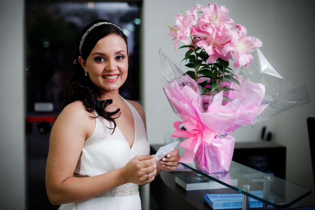 noiva-segurando-lista-de-convidados