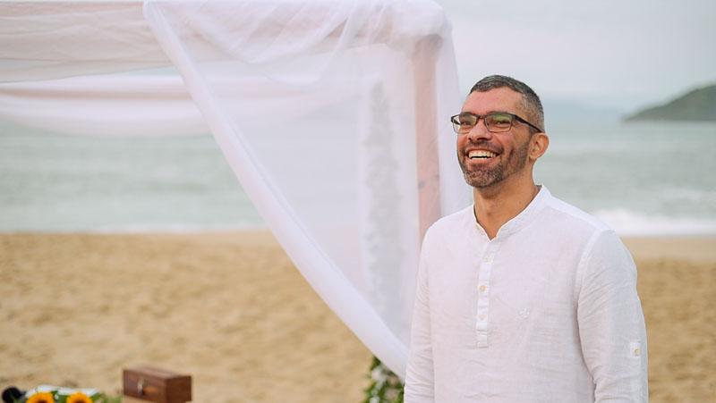 noivo-aguardando-entrada-noiva-casamento-ubatuba-sununga