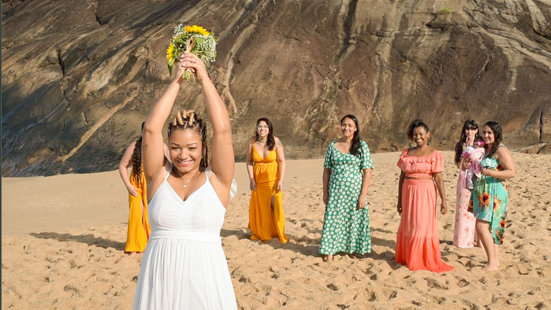 noiva-jogando-buque-casamento-litoral