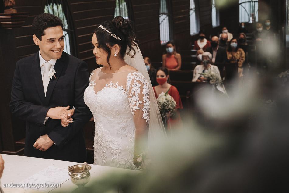 casal-se-olhando-e-sorrindo-casamento-capela-sao-pedro-e-sao-paulo