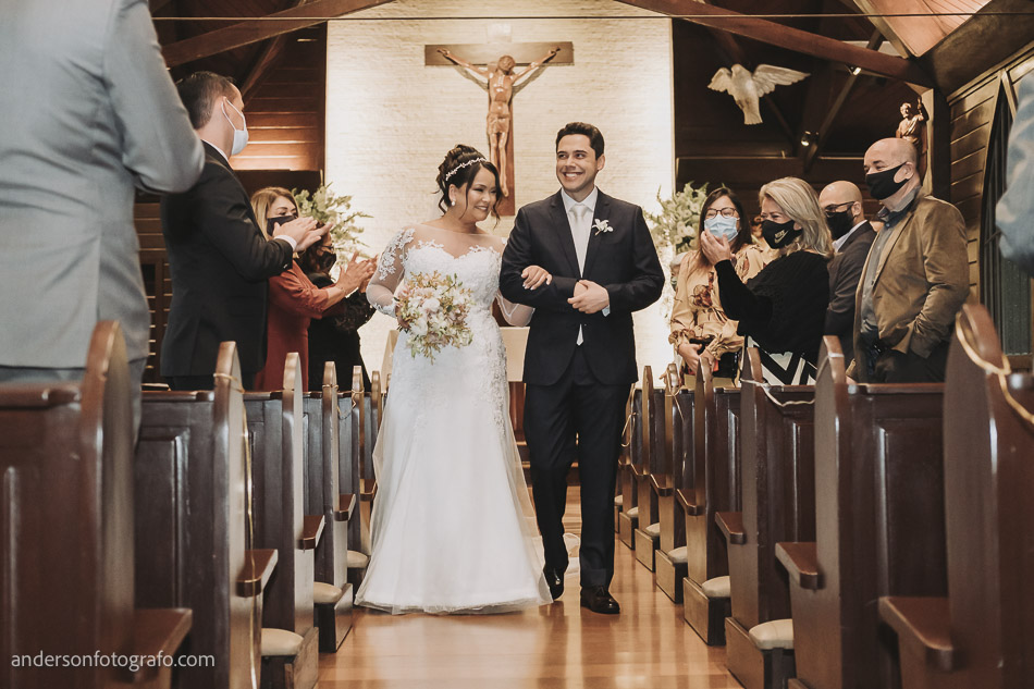 saida-noivos-casamento-capela-sao-pedro-e-sao-paulo
