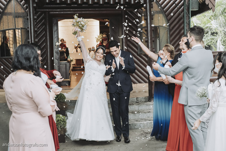 saida-noivos-casamento-capela-sao-pedro-e-sao-paulo2