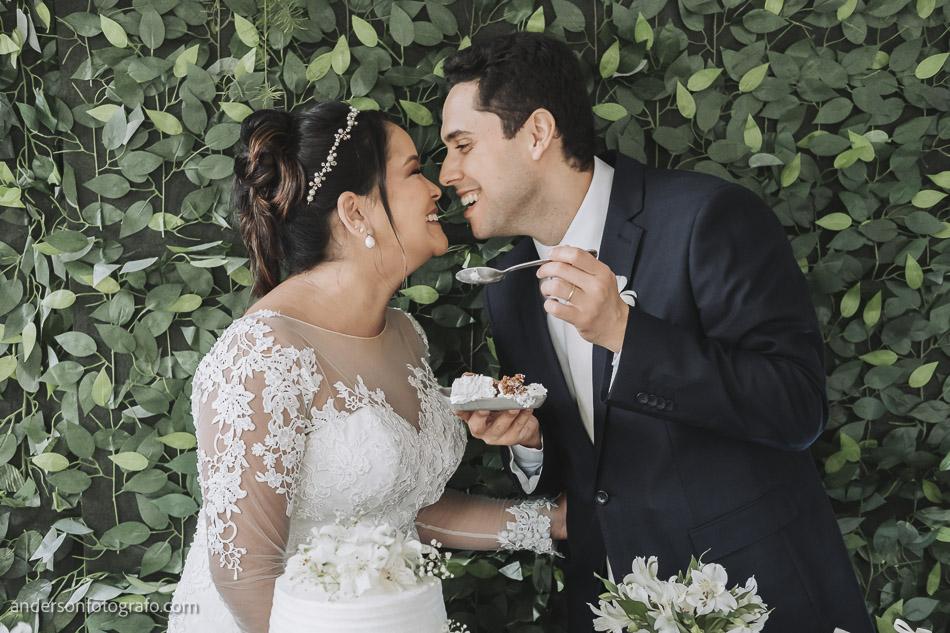 foto-noivos-comendo-bolo-bistro-faria-lima