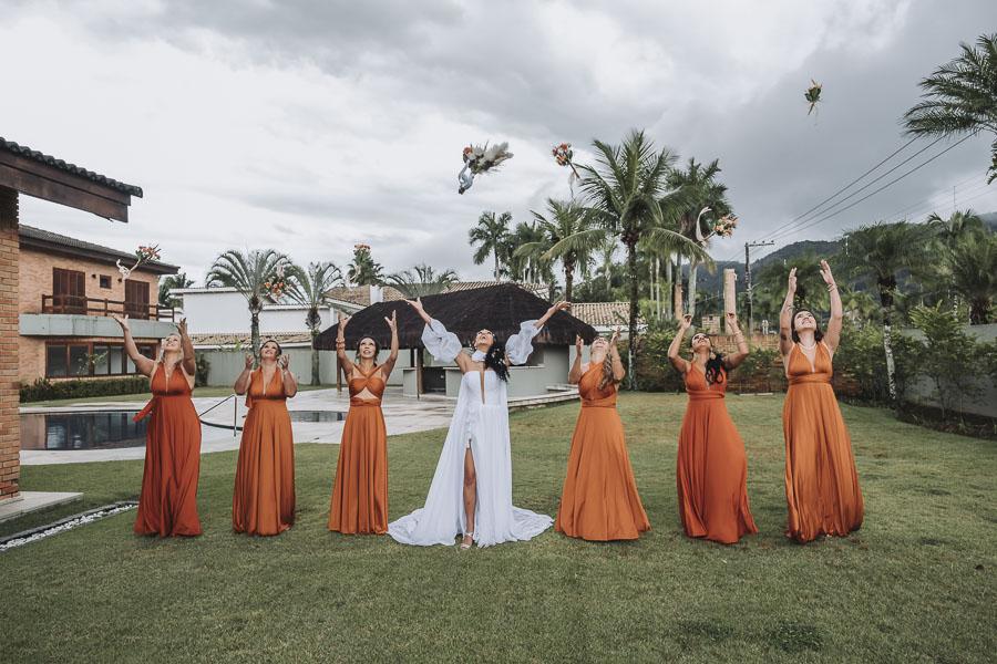 noiva-madrinhas-jogando-bouquet