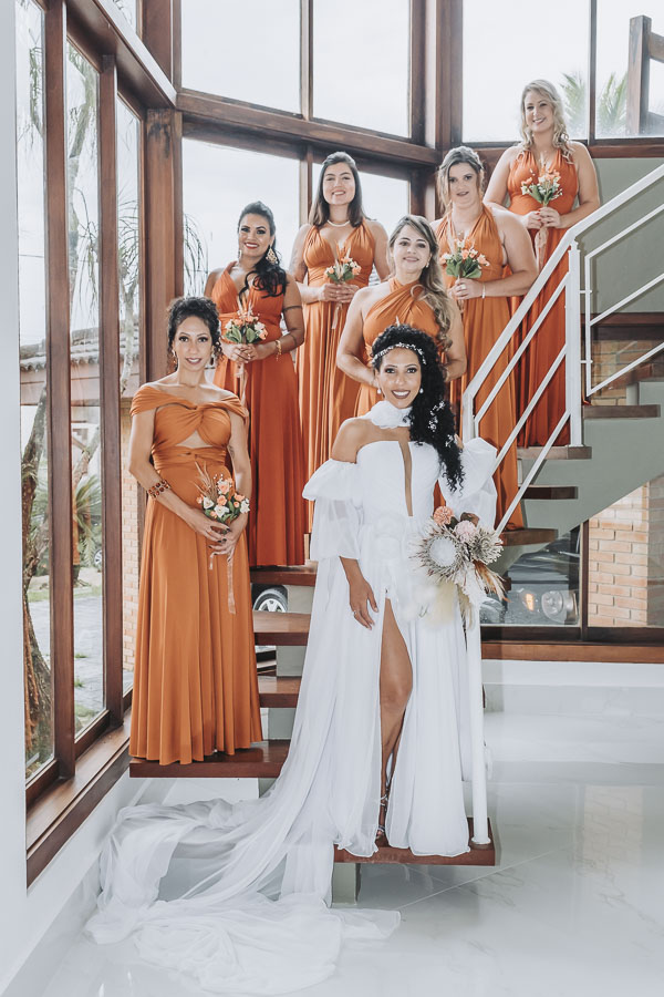 foto-de-noiva-com-madrinhas-em-escada