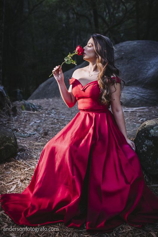 ensaio fotografico feminino vestido vermelho com flor horto florestal