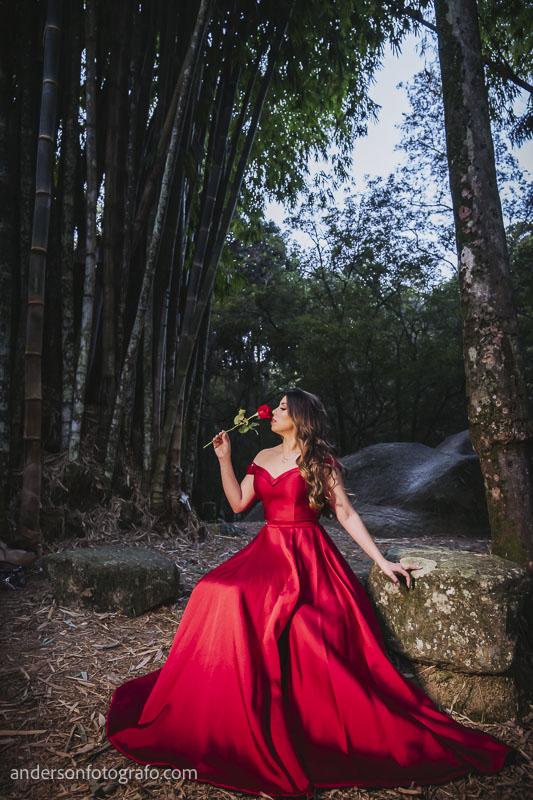 ensaio fotografico feminino vestido vermelho com flor horto florestal2